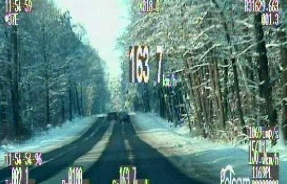 Ta przejażdżka dla 30-letniego kierowcy zakończyła się 500 złotowym mandatem, a mogła tragedią.