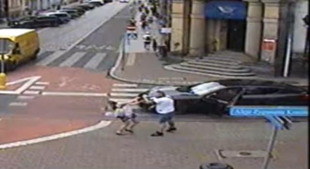 Leszno: Kierowca porsche zaatakował kobietę. Jest nagranie z monitoringu