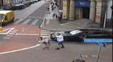 Leszno: Kierowca porsche uderzył kobietę, ale nie zostanie zatrzymany. Zobacz nagranie z monitoringu