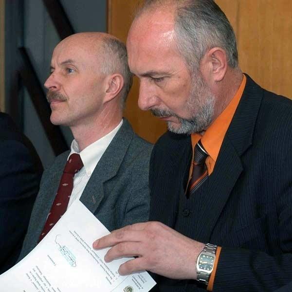 Starosta Jan Juszczak (z prawej) uważa, że po zmianach organizacyjnych urząd będzie pracował sprawniej. Radni powiatu go poparli.