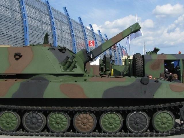 Huta Stalowa Wola pokazuje raka w ParyżuDwa miesiące temu HSW podpisała kontrakt na dostawę do Wojska Polskiego systemów moździerzy samobieżnych rak 120-mm. Obecnie możliwości raka są prezentowane na targach w Paryżu.