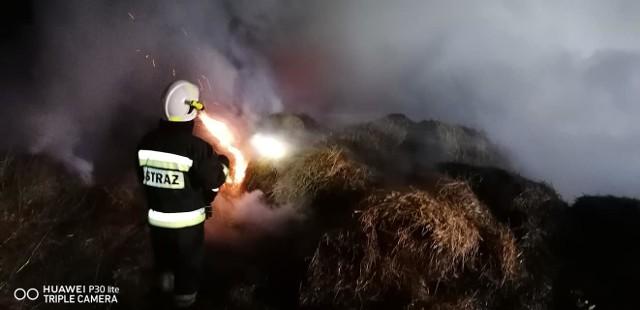 Prawie 5 godzin trwały działania przy pożarze kilkudziesięciu balotów ze słomą na trasie Czarna Dąbrówka - Jerzkowice. W gaszeniu pożaru brały udział jednostki z OSP Czarna Dąbrówka (2 zastępy), Osp Nożyno, OSP Jasień, Osp Mikorowo  oraz zastęp PSP Bytów.