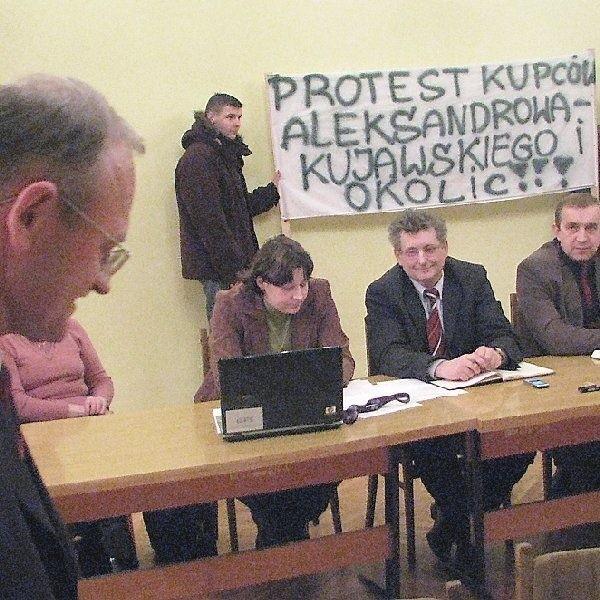 Podczas spotkania burmistrza Andrzeja Ciesli  z kupcami pytań padło wiele...