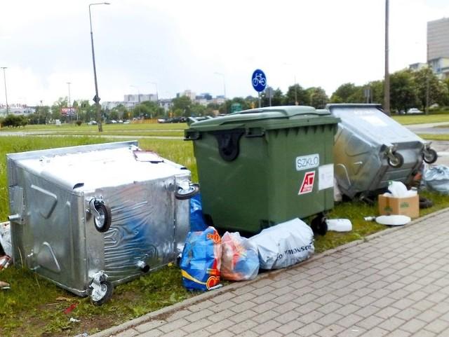 Pojemniki przy skrzyżowaniu ulic Piastowskiej i Nowowarszawskiej miały zachęcać do segregacji odpadów. Nieopróżniane zapoczątkowały paskudne śmietnisko.