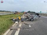 Groźnie na S12 w powiecie świdnickim. Ciężarówka wjechała w pojazd służby drogowej