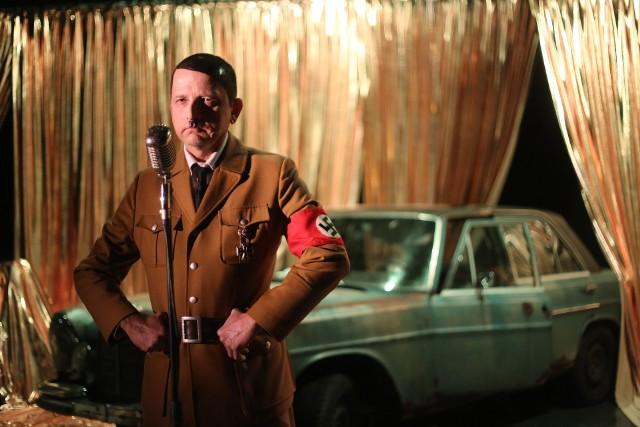 """Do repertuaru Teatru Śląskiego wprowadzono nowy tytuł, sztukę o Adolfie Hitlerze. To """"On wrócił"""", adaptacja powieści Timura Vermesa, bestselleru sprzed kilku lat"""