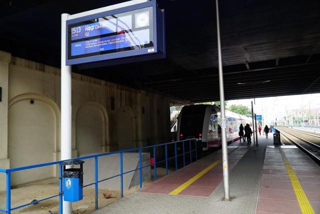 W środę, 17 marca, pociągi jadące przez Poznań na północ mają spore opóźnienia. Po godz. 12 doszło do uszkodzenie sieci trakcyjnej na odcinku Poznań - Suchy Las. Pociągi dalekobieżne skierowano drogą okrężną, dla pozostałych bliższych punktów zorganizowana jest zastępcza komunikacja autobusowa.