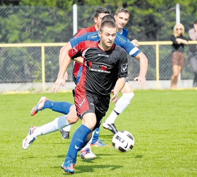 Piłkarze Magnata Juchnowiec (na czarno) wygrali już trzeci mecz z rzędu i zadomowili się w górnych rejonach tabeli