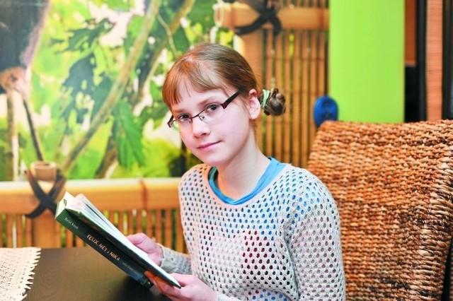 """Weronika Kozłowska z Białegostoku to jedna z naszych ubiegłorocznych stypendystek. Ma wiele pasji – lubi rysować, interesuje się też życiem i zwyczajami kotów, jednak największą jest czytanie. Dziewczyna czyta codziennie. – Dzięki temu mogę przeżywać niesamowite przygody nie ruszając się z domu. Czuję się jak bohater danej książki – wyjaśnia. Sięga po książki zawsze, kiedy jest jej smutno. Są dla niej jak najlepszy przyjaciel. Czytając poszerza swoją wiedzę z różnych dziedzin, co pomaga jej w szkole. Uwielbia serię Rafała Kosika """"Felix, Net i Nika"""", która opowiada o przygodach trojga gimnazjalistów."""