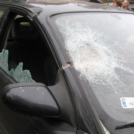 Cegła mocno uszkodziła samochód, gdyby trafiła w przechodnia mogłoby dojść do tragedii.