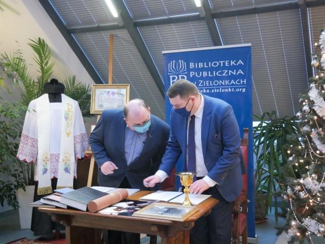 Uroczystości przekazania pamiątek po prałacie ks. Czesławie Sandeckim zieloneckiej Izbie Regionalnej