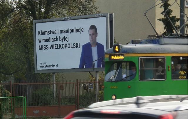 Takie billboardy można było zauważyć w centrum Poznania. Wokalista, oprócz swojego zdjęcia, zamieścił tam odnośnik do zamieszczonych w internecie materiałów