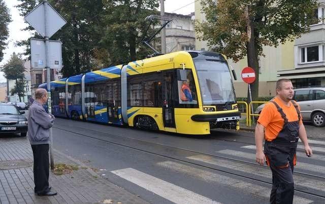 Wjazd nowego tramwaju Pesy do zajezdni przy ulicy Sienkiewicza obserwowany był przez miłośników toruńskiej komunikacji miejskiej