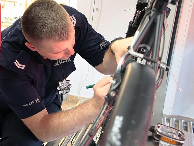 Policjant Sławomir Zieliński znakował rowery w markecie Carrefour.