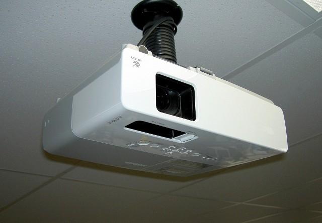ProjektorProjektor najlepiej jest zamontować na uchwycie pod sufitem na wprost ekranu lub ściany, która posłuży za ekran. Dzięki temu unikniemy zakłóceń, gdy ktoś np. będzie musiał przejść przed ekranem.