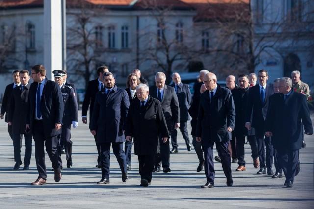 Poseł Kaczyński otoczony członkami partii PiS podczas obchodów rocznicy katastrofy smoleńskiej.