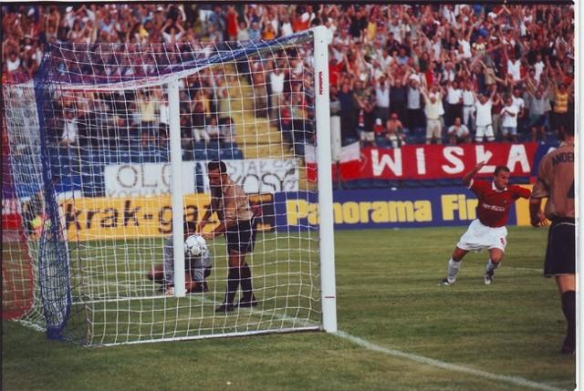 Grzegorz Pater przed chwilą strzelił jedną z bramek dla Wisły w meczu z Barceloną w 2001 roku