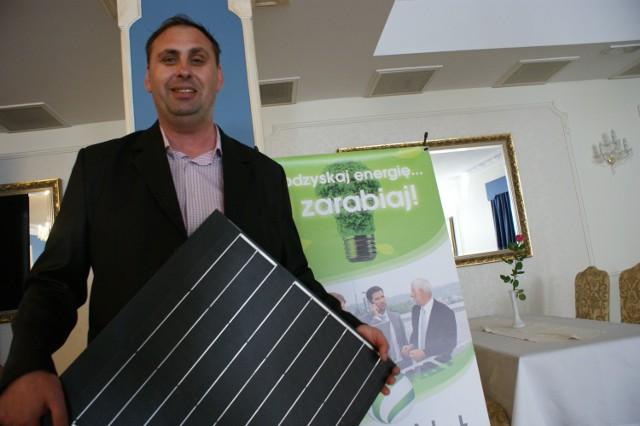 Energia odnawialna bez tajemnicGdyby w kraju zmieniły się przepisy i można by bez problemu sprzedawać prąd zakładom energetycznym, wtedy zalecałbym wszystkim montaż domowych elektrowni nawet na kurnikach – żartuje Grzegorz Kuczński.