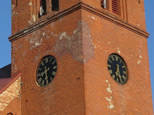 Zegar na wieży tuchomskiego kościoła przestał działać.