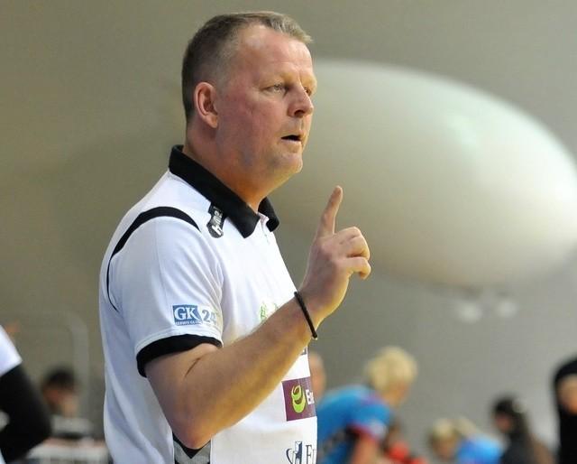 Wraz z końcem listopada norweski szkoleniowiec opuszcza koszaliński zespół. Trenerską karierę będzie kontynuował w lidze duńskiej. Klub szuka jego następcy.