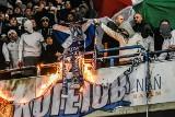 Kibice Legii Warszawa na meczu z Lechem Poznań. Spalili flagi Kolejorza i odpalili race [ZDJĘCIA]