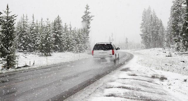 Pogoda na weekend się ochłodzi, a miejscami przyniesie śnieg, a nawet burze śnieżne. Za tę zmianę pogody odpowiada cyklon Fabian.