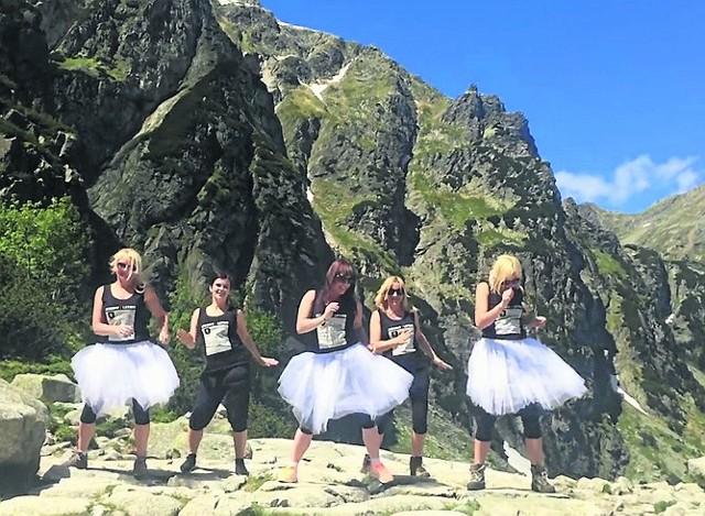 Dziewczyny, które zatańczyły zumbę pod Rysami, muszą liczyć się z mandatem. Straż parku TPN stara się je namierzyć