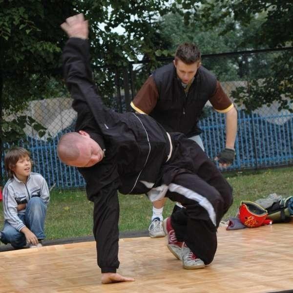 Lukasz Rejdak z Dobrodzienia zbiera ekipe breakdance.