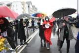 """Toruń. """"Satanistyczna orgia"""" przed Radiem Maryja. Interweniowała policja. Mamy zdjęcia! Tak wyglądała Chryja pod Radiem Maryja 2021"""