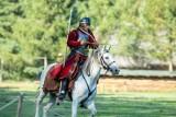 Piękne historyczne stroje, konie i niecodzienne konkurencje. Trójbój kawalerii w skansenie