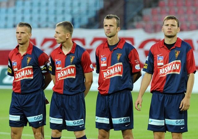 Od lewej stoją: Tomasz Parzy, Marcin Dymek, Maciej Mysiak i Marcin Woźniak. Każdy z tych piłkarzy może zagrać na więcej niż jednej pozycji.