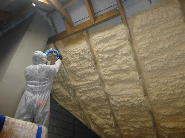 Ocieplanie poddasza metodą natrysku pianki poliuretanowejStraty ciepła przez dach mogą sięgać nawet 35 procent. Dlatego ocieplenie poddasza jest bardzo ważne, jeżeli zależy nam na zminimalizowaniu strat energii.