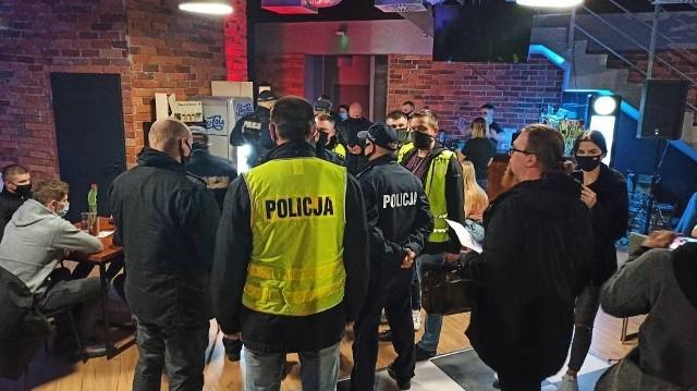 Pracownicy sanepidu w asyście ponad 30 policjantów weszli w sobotę, 17 kwietnia wieczorem do restauracji Góra i Dół w Kaliszu. Lokal był pełen gości. Zobacz zdjęcia -->