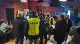 """Akcja policji i sanepidu w restauracji """"Góra i Dół"""" w Kaliszu. Lokal był pełen gości [ZDJĘCIA]"""