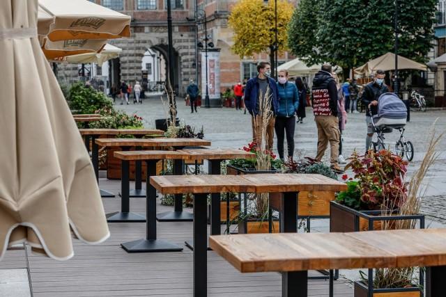 Na konferencji prasowej 7. kwietnia minister zdrowia, Adam Niedzielski mówił, że rząd zdecydował o wydłużeniu całkowitego lockdownu w Polsce. Do 18. kwietnia potrwają bardzo surowe obostrzenia. Nadal zamknięte będą m.in.:- sklepy w galeriach handlowych (poza wyjątkami)- duże sklepy meblowe i budowlane- salony fryzjerskie i urody- przedszkola i żłobki----->