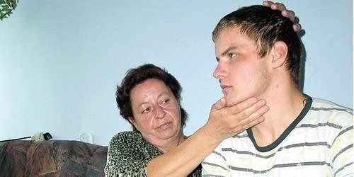 W czwartek Przemek wrócił ze szpitala. Ma 10 dni zwolnienia od szkolnych praktyk na budowie w Szczecinku. Jednak matka, Danuta Zalewska, nadal martwi się o zdrowie syna. Pokazuje, że jego głowa ciągle jest opuchnięta.
