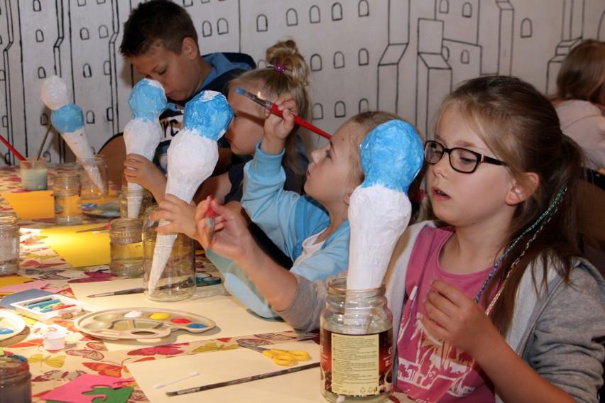 Wielkie lody z masy papierowej wykonywały dzieci uczestniczące w środowych zajęciach w muzeum. >> Najświeższe informacje z regionu, zdjęcia, wideo tylko na www.pomorska.pl