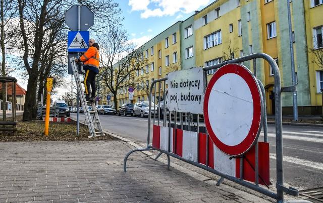 Według zapowiedzi MWiK prace przy skrzyżowaniu Gdańska/Dwernickiego skończą się dopiero w drugiej połowie maja.