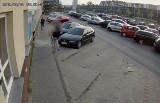 Antyszczepionkowcy w akcji! Monitoring nagrał jak oklejają przychodnię w Kielcach [WIDEO, ZDJĘCIA]