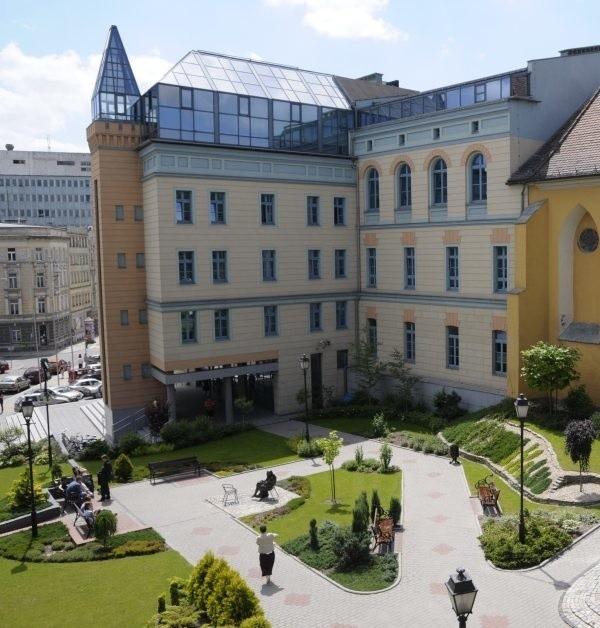 Spotkanie  odbędzie  się  w czwartek (27 listopada) o  godz. 16.30  w sali 105  Sala  Senatu  Uniwersytetu  Opolskiego pl.  Kopernika 11 (gmach Collegium Maius).