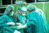 Tel Awiw: udana operacja rozdzielenia bliźniaczek syjamskich. Pierwszy raz mogły popatrzeć na siebie