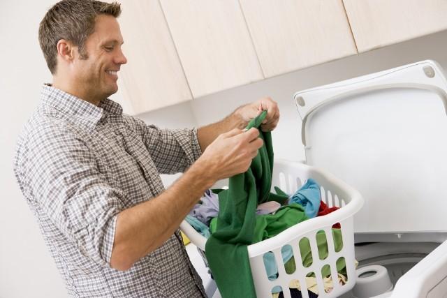 Suszarka bębnowa to urządzenie łatwe w obsłudze. Po praniu wrzucasz ubrania do suszarki, nastawiasz program i wyciągasz suche pranie. Nie jest tak do końca, ponieważ musimy mieć wiedzę, jakiej odzieży absolutnie nie powinniśmy suszyć w suszarce. Z pewnością nie będzie to miła sytuacja, kiedy nasza ulubiona bluzka straci swoje ozdoby lub droga bielizna straci swój dotychczasowy wygląd.