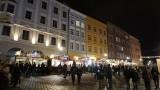 Czechy luzują obostrzenia. Będą jarmarki bożonarodzeniowe, otwierają się restauracje i sklepy. Koronawirus w Czechach słabnie