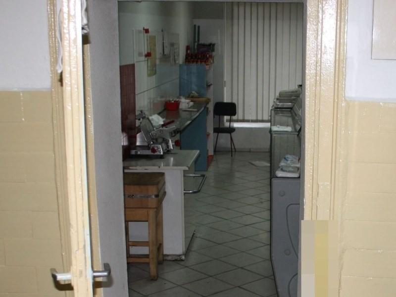 Sprawcy otworzyli zaplecze sklepu dorobionymi kluczami.