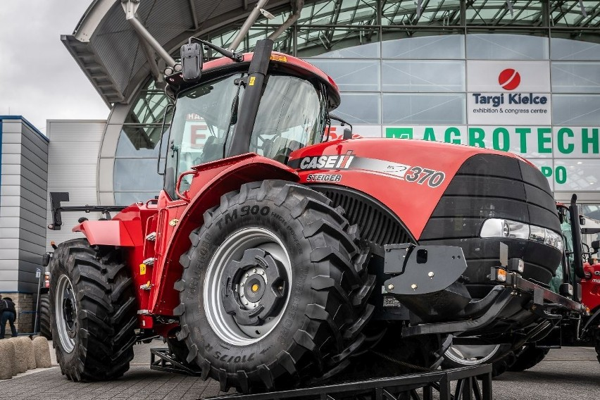 26. Międzynarodowe Targi Techniki Rolniczej Agrotech odbędą się w weekend 13-15 marca w Targach Kielce. W 11 halach i na terenie zewnętrznym zobaczymy najnowsze rozwiązania od ponad 750 firm. CIEKAWOSTKI I NOWOŚCI ZOBACZ NA KOLEJNYCH SLAJDACH>>>Na weekend, od piątku 13 marca do niedzielnego popołudnia - 15 marca, światowi oraz polscy przodownicy rynku rolniczego do Kielc w województwie świętokrzyskim przywiozą setki ciągników, maszyn, urządzeń, akcesoriów, nawozów, środków ochrony roślin – wszystkiego, co interesuje polskiego rolnika. Nie zabraknie branżowych konferencji i okazji do skorzystania z porad instytucji, a także ciekawych gości, jak popularni youtuberzy z branży rolnej. Jednocześnie trwać będą 20. Targi Przemysłu Drzewnego i Gospodarki Zasobami Leśnymi LAS-EXPO.- Agrotech w Targach Kielce to największa w Polsce i licząca się w Europie, wystawa techniki rolniczej, organizowana w halach wystawienniczych. Międzynarodowe Targi Techniki Rolniczej to także największa wystawa targowa w kraju, spośród wszystkich branż gospodarki. Liczby mówią same za siebie: rekordowa powierzchnia w roku 2019 zajęła ponad 66 000 metrów kwadratowych, przybyło ponad 75 000 zwiedzających. Wszechstronna, międzynarodowa ekspozycja i 750 wystawców z 21 krajów świata to kolejny atut - mówi Grzegorz Figarski, dyrektor projektu. W tym roku powierzchnia nie jest mniejsza, a liczba wystawców przekroczyła owe 750. - Liczymy również, że rekord padnie także pod względem liczby odwiedzających - zaznacza Andrzej Mochoń, prezes Targów Kielce. - Gości czeka mnóstwo nowości, nie tylko w ofertach techniki rolnej. Po raz pierwszy otwieramy Strefę Influencera AGRO. Będzie to miejsce dla youtuberów i blogerów rolniczych. Influencerzy będą mogli się wymienić doświadczeniami i spotkać z fanami.