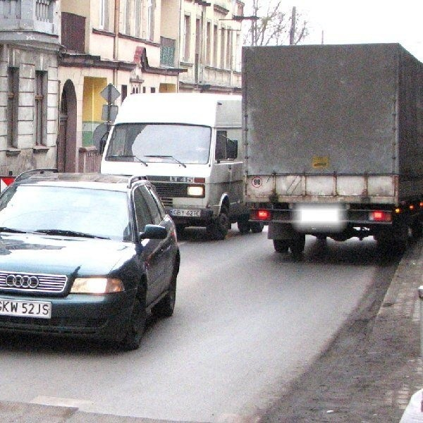 """Kierowca dostawczego samochodu, też  wjechał na """"czerwonym"""" i nie zdążył zjechać na  czas ze skrzyżowania"""