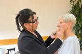 Jak umiejętnie poprawić urodę? Warsztaty kosmetyczne dla słuchaczek Uniwersytetu Trzeciego Wieku w Zbąszynku