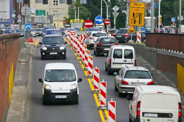 W najbliższych godzinach i dniach zarówno kierowcy, jak i piesi muszą się liczyć z nowymi utrudnieniami w ruchu. Wiele z nich dotyczy centrum Wrocławia i są one związane z inwestycjami lub pracami naprawczymi. Zobaczcie, gdzie w najbliższym czasie możecie mieć problem z przejściem czy przejazdem.SPRAWDŹ SZCZEGÓŁY NA KOLEJNYCH SLAJDACH. PRZEJDŹ DO GALERII PORUSZAJ SIĘ PRZY POMOCY STRZAŁEK LUB GESTÓW NA TELEFONIE KOMÓRKOWYM