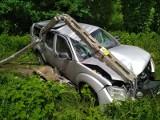 Nissan zjechał z szosy i skasował słup średniego napięcia. Potrzebna była pomoc medyczna