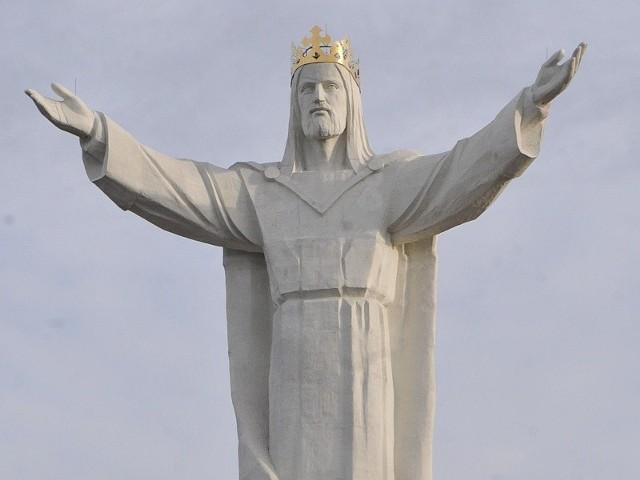 36 metrów mierzy figura Chrystusa Króla razem z koroną. 440 ton waży cała konstrukcja